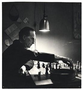 Marcel Duchamp ob igri šaha (Foto: Kay Bell Reynal).